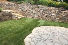 Natursteinmauer Garten Rollrasen Terrasse