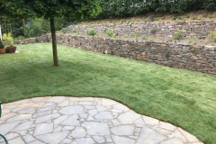 Natursteinmauer Garten Rollrasen