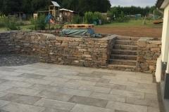 Natursteinmauer mit Terrasse rechts
